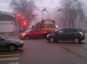 В Ростове трамвай врезался в автомобиль «Сузуки»