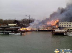 Спасатели локализовали пожар в ресторане «Петровский причал» на левом берегу Дона. Видео
