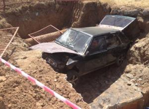 В Волгодонске «девятка» с подростками провалилась в разрытый теплосетью котлован