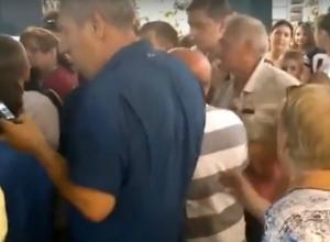 Шумная драка в очереди за акционными стаканами в магазине Ростова попала на видео