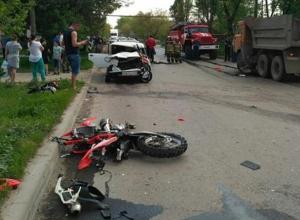 Байкеры разбились на излюбленном перекрестке в чудовищном ДТП с КамАЗом в Ростовской области