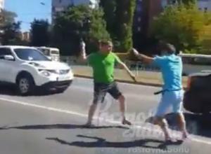 Ожесточенная драка таксиста с водителем «Газели» на оживленной дороге Ростова попала на видео
