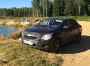 Пятеро молодых людей угнали люксовую иномарку с парковки магазина и спрятали в лесу под Ростовом
