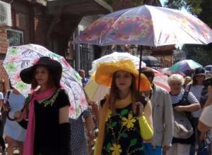 Флешмобом «Зонтичное утро» отметили в Таганроге день рождения Фаины Раневской