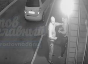 Жестокая драка консьержа со сливающими бензин автоворами во дворе Ростова попала на видео