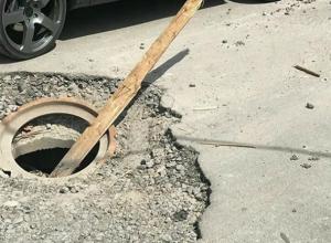 Опасные ямы и провалившиеся люки ужаснули автомобилистов на «загруженной» дороге в центре Ростова