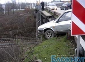 В Ростовской области «девятка» врезалась в ограждение моста, повиснув над ж/д путями