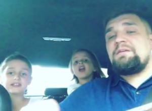 Трогательный хит вместе со своими маленькими дочками рэпер Баста исполнил на видео