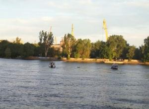 Отдыхающие вопили от ужаса, увидев труп мужчины, которого принесло течение на пляж в Ростове