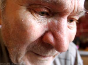 Выброшенный на улицу сыном-деспотом инвалид вынужден скитаться по соседям в Ростовской области
