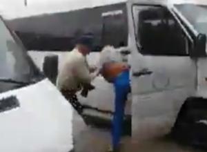 Драка водителя маршрутки с настойчивой блондинкой на автовокзале Ростова попала на видео