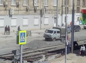 Укладка рельсов на Станиславского подобралась к Ворошиловскому проспекту в Ростове