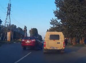 Сумасшедший лихач на «Лексусе» едва не сбил троих человек на пешеходном переходе в Таганроге