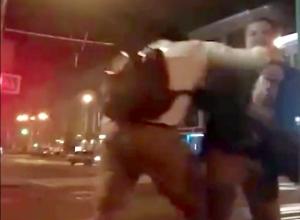 Драка молодых людей с «розочкой» и струями газа из баллончика в центре Ростова попала на видео
