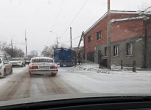 «Сладкий поцелуй» электрического столба с крышей частного дома случился в Ростове-на-Дону