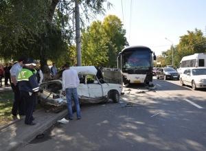 В Ростове водитель «Рено-Логан» спровоцировал аварию с рейсовым автобусом