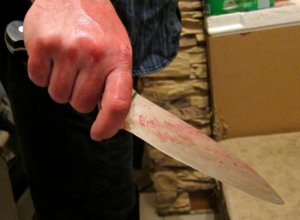 Пощекотать бока ножом своей безработной дочери решил свирепый пенсионер в Ростовской области