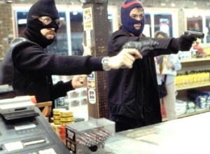 Двое мужчин в масках и с пистолетом совершили дерзкий налет на продуктовый магазин в Ростовской области