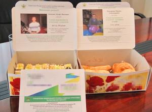 В Ростове фото алиментщиков появились на коробках с пирожными