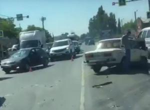 Массовая авария спровоцировала огромную пробку на въезде в Ростов и попала на видео