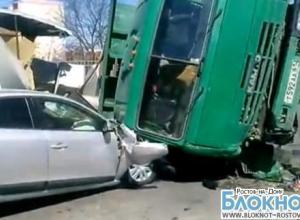 В Ростове на Нансена очевидцы сняли на видео КамАЗ, упавший на Renault и Газель