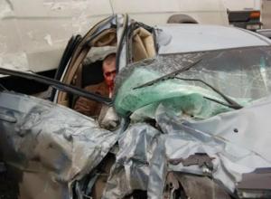 Попавших в ДТП с фурой мужчину и женщину пришлось вырезать из покореженной легковушки под Ростовом