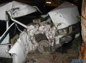 В Ростове легковушка врезалась в дерево: 1 погибший, 2 пострадавших