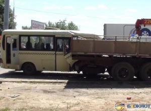 Фото и видео с места ДТП с маршруткой № 44 в Ростове