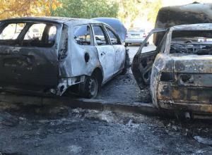 Два автомобиля сгорели дотла ранним утром в Ростове