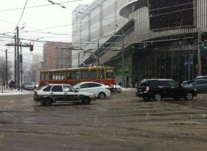 В центре Ростова съехал с пути трамвай