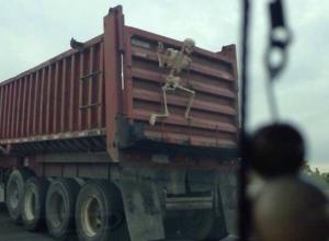 Человеческий скелет на кузове фуры вызвал веселую игру жителей Ростова