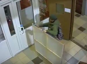 Комичная кража огромной картины из подъезда жилого дома попала на видео в Ростове