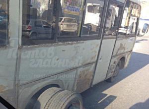 «Побитая жизнью» маршрутка потеряла колесо во время движения по улице Ростова-на-Дону