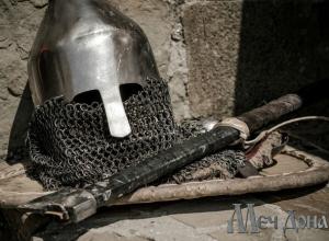 Благородные рыцари в сияющих доспехах «завоюют» на день парк в Ростове