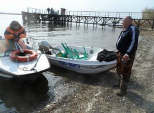 Рыбаки из Ростова опрокинулись в пластиковой лодке на водоеме Азова