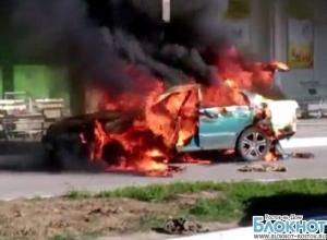 Очевидцы сняли на видео «Тойоту», загоревшуюся на стоянке около «Леруа Мерлен» в Ростове