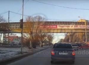 Самоуверенная автоледи спровоцировала глупое ДТП на дороге Ростова и попала на видео