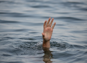 Рыбак попрощался уже с жизнью, замерзая в воде, но помог счастливый случай