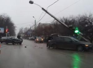 В Ростове водитель «БМВ», протаранив «десятку», врезался в столб уличного освещения
