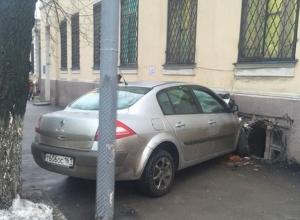 В центре Ростова водитель Renault влетел в здание больницы № 4