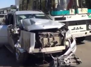 Молодой водитель разворотил «Мерседес» сразу о два пассажирских автобуса в центре Ростова