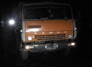 В Новошахтинске КамАЗ, сдавая назад, насмерть сбил женщину. Видео