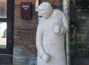 «Одна деталь меняет все»: каменный дворник перевоплотился в мастера единоборств во дворе Ростова