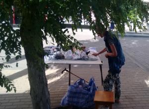 Уличного продавца «модных» женских трусов попросили прогнать с остановки в центре Ростова