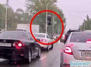 В Ростове в лобовое стекло движущегося автомобиля прилетело колесо от большегруза