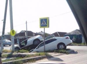 Как в любовном соитии, две машины прильнули друг к другу в Батайске