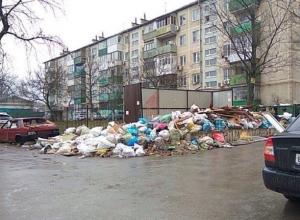 Вонючая гора мусора под окнами новостройки в Ростове-на-Дону растет как на «дрожжах»