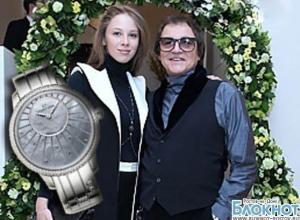 Дмитрий Дибров подарил молодой супруге часы с бриллиантами за 15 000 евро