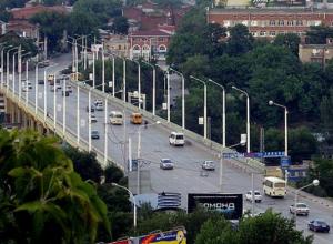 «О, счастливчик»: упавший с моста мужчина зацепился за провода ЛЭП и приземлился на рельсы в Ростове
