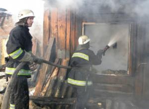 Мужчина погиб и двухлетняя малышка пострадала при пожаре в летней кухне в Ростовской области